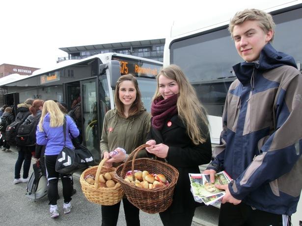 Bolleaksjon for betre busstilbod:  (F.v.)  Karen Mjør, Ragnhild K. Voreland (leiare i Stord AUF)  og Anders K. Voreland.