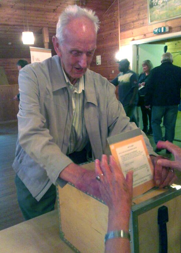 - Alder ingen hindring for valdeltakign. Truls Dahl på 94 var eldre som brukte røysteretten sin i Langeland krins.