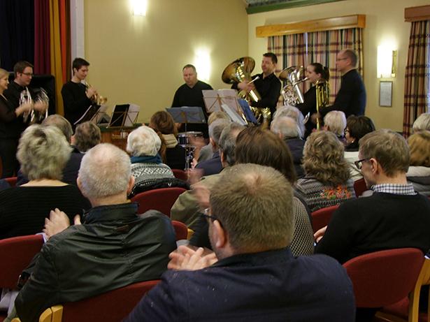 Sagvåg musikklag opna møtet med musikalske innslag.