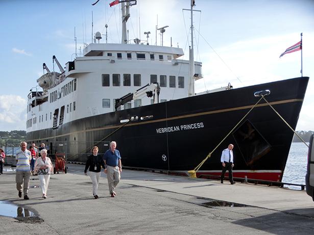 «Hebridean Princess» har Glasgow som heimehamn. Vart bygt som ferje for trafikk mellom øyane nordvest i Scotland for 50 år sidan, men vart ombygt til cruisar og har gått i slik fart dei siste 30 åra.