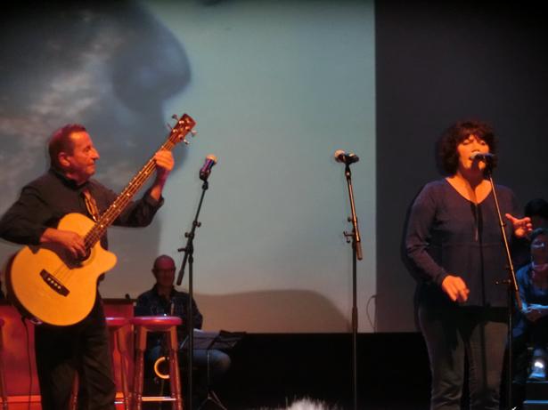 Flott versjon av «Fever» med vokalist Sissel Johnsen og Harry Størksen (leiaren i koret) på bass.