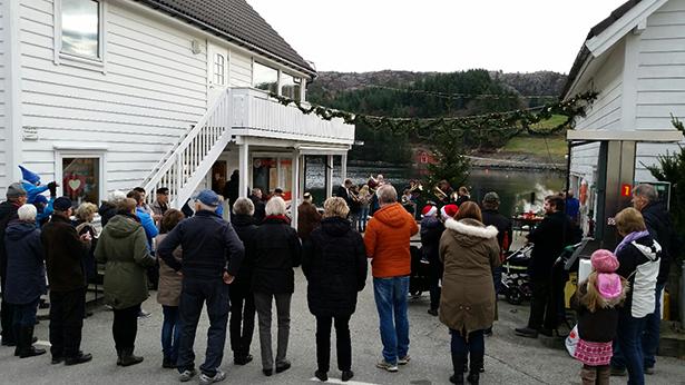 Mange frammøte på julegateopning på Huglo