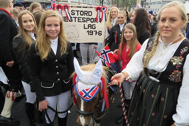 Stord Hestesportlag var eit nytt innslag i Borgartoget i år – i front gjekk shetlandsponnien Gandalf.
