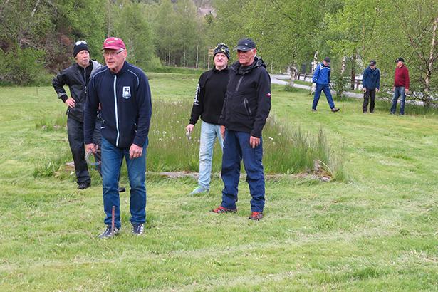 Medlemene i Stord hesteskoklubb avslutta treningsøkta sist med ein runde humørfylt kastegolf