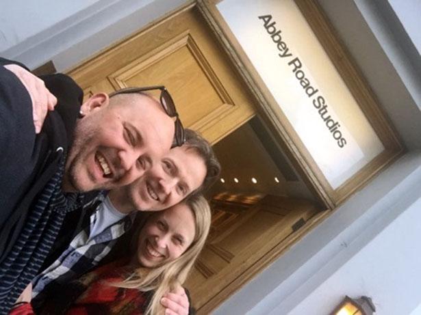 Alvin, Gisle og Cecilie utanfor det legendariske Abbey Road Studios. (Foto: Privat)
