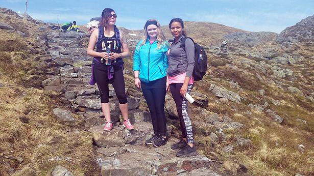 - Alle tiders smed trapper i Fossabrekko, eit flott tiltak, sa Jin Aarre med Amelie på ryggen, Jenny Erland og Manisha Webb , på veg mot Kattnakken.