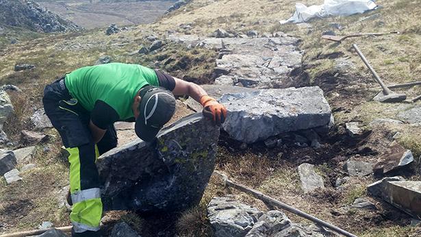 Mange tusen slik store steinar er brukt for å byggja mellom 450 og 500 trappetrinn i Fossabrekko.