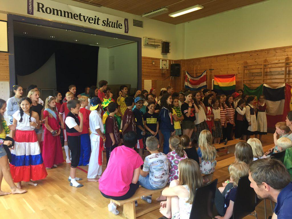 Born og vaksne ønskte velkomen med song og musikk til internasjonal open dag på Rommetveit skule.