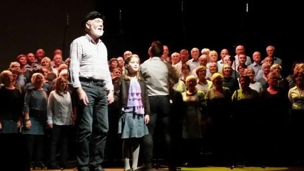 Rørande fint duett mellom 9 år gamle Malene Toft Tollaksvik og Tore Brandvik i songen om bestefar.