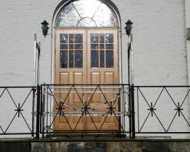 Nye  dørar  og  luktfritt  våpenhus