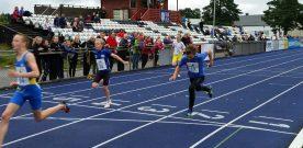 50  atletar  i  tevling  på  stadion