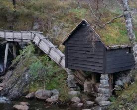 Byggjer  gapahuk  ved  Hauglandskverna
