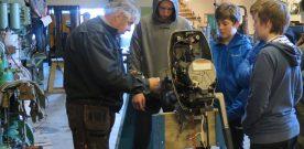 Elevar  lærer  vedlikehald  av  motorar  på  Maritimt  museum