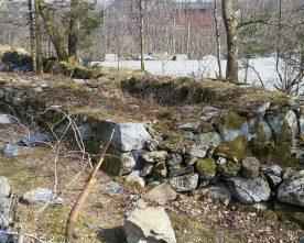 Må  ta  omsyn  til  grunnmur  og  steingard